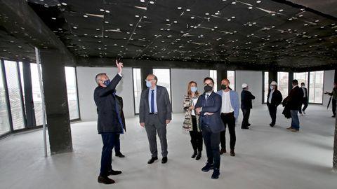 El vicepresidente de la Xunta, Alfonso Rueda, y el rector de la Universidade de Vigo, Pachi Reigosa, este viernes, durante la visita a las obras del edificio de Benito Corbal