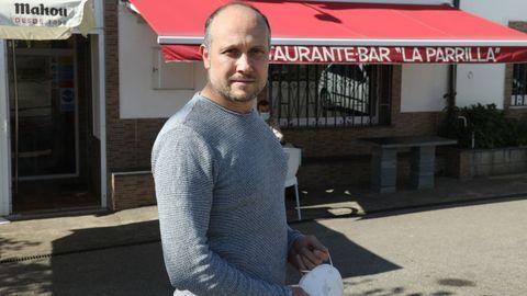 Pedro Riopedre va a comprar a Cangas, a casi una hora en coche.