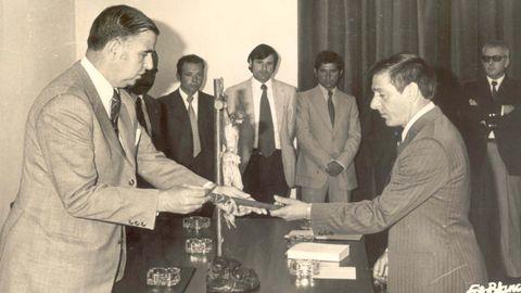 Martínez, en el centro y al fondo (el más alto), en una imagen tomada en 1971 en el Concello, en la toma de posesión del alcalde Juan Insua