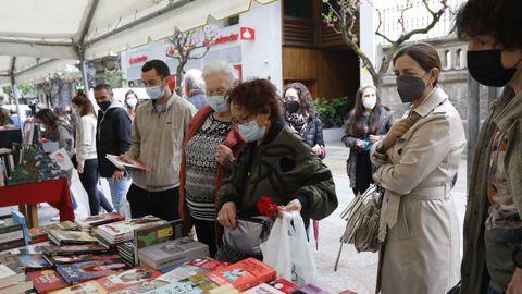 Numerosos ourensanos compraron en la carpa del Paseo por el Día del Libro