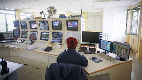 Sala principal de seguridad del penal coruñés.
