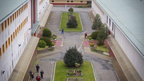 Uno de los accesos ajardinados entre edificios.