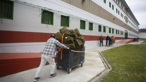 Trabajadores del penal transportando ropa sucia.