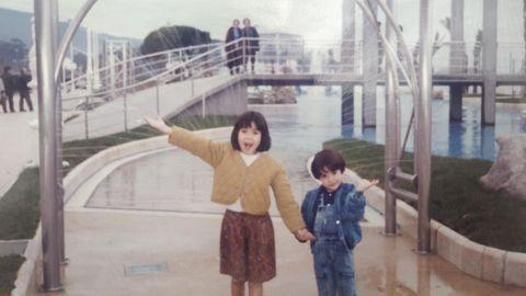 Alba Lago nació en Vigo, donde estudió hasta que se matriculó en el campus de Pontevedra. En la foto, con su hermana en las piscinas de Samil.