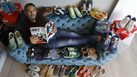 José Menéndez Zapico posa con un catálogo editado en Japón, considerado la biblia de las zapatillas «vintage», y rodeado por algunos de los modelos que ha ido adquiriendo. Con los años, dice, ha aprendido a desprenderse de muchos y el resto los guarda «gestionando con la habilidad de mejor diplomático el espacio disponible en los armarios de casa». ¿Las más antiguas? Unas Nike Air Max Penny 1 para jugar al básquet que compró en EE.UU. hace 20 años