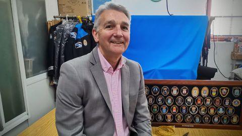 Manuel Seijas, en su taller, en el bajo de su vivienda, rodeado de uniformes y escudos de las policías locales con las que trabaja