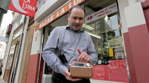 Eddie Díaz, propietario del bazar La Luna, en A Coruña