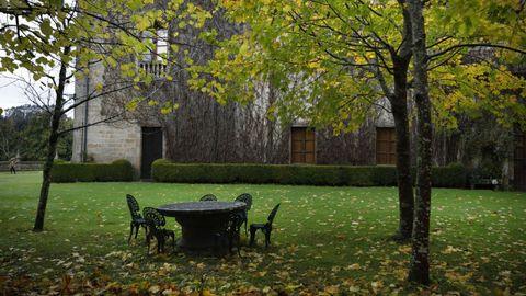Mesa de piedra en los jardines exteriores del pazo de Meirás