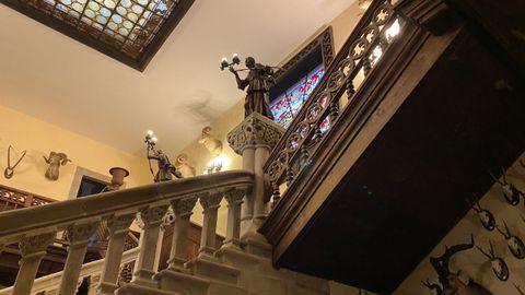 Escalinata principal y galería de madera en el vestíbulo del pazo de Meirás