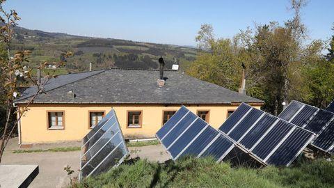 Placas solares que abastecen el cámping