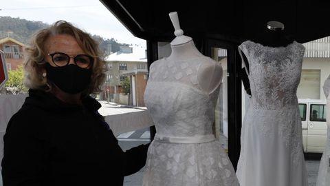 Fina Soto, al frente de Boutique Catycris en Xove, esta semana, junto a la sección de vestidos de novia que están liquidando