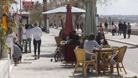 Varias personas en la terraza de un bar de Mallorca