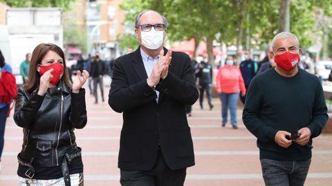 El candidato socialista, Ángel Gabilondo, este sábado entre la portavoz del PSOE en el Congreso y el presentador de televisión Jorge Javier Vázquez