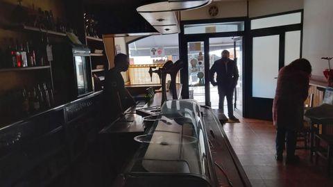 Un momento del apagón que empezó poco después de las dos en Chantada, en una imagen captada dentro del bar Centro