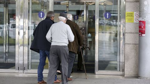Mayores entrando al Hospital Arquitecto Marcide para la segunda dosis de la vacuna