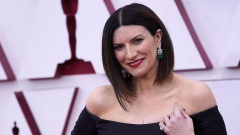Laura Pausini, nominada por la canción «Yo sí», de la película «La vida por delante». Lleva un Valentino negro.