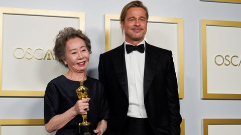 La surcoreana Yuh-Jung Youn cumplió los pronósticos y se llevó el Óscar a la mejor actriz de reparto por su interpretación en «Minari». En uno de los discursos más entrañables y divertidos de la noche, Yuh-Jung Youn bromeó con que estaba «encantada» de conocer por fin a Brad Pitt, el encargado de entregar ese galardón