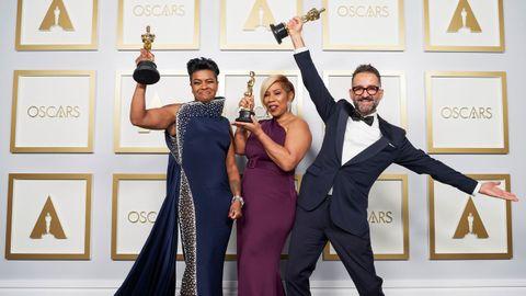El español Sergio López-Rivera, que ganó el Óscar al mejor maquillaje por su trabajo en la película «La madre del blues», subió al escenario a recoger el galardón pero cedió el turno de palabra a sus compañeras, Mia Neal y Jamika Wilson, que se convirtieron en las primeras mujeres de color que ganan este premio en toda la historia de los galardones
