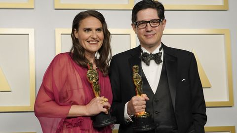 Alice Doyard y Anthony Giacchino posan con la estatuilla a mejor cortometraje documental por el filme «Colette»