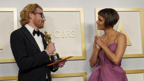 El filme «Mank» se llevó dos Óscar, el de mejor fotografía para Erik Messerschmidt, que posa con Halle Berry...