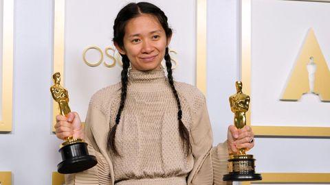 Chloé Zhao hizo historia y ganó el Óscar a la mejor dirección por «Nomadland». El filme se llevó dos estatuillas más, la de mejor película y mejor actriz para Frances McDormand