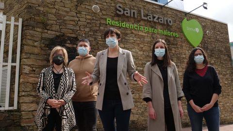 Ana Pontón y otras representantes del BNG en una comparecencia ante una residencia en Santiago este lunes