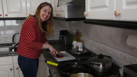 Luisa Requejo, en su casa de Sanxenxo, estudia primero del ciclo medio de Cocina y Gastronomía en el CIFP Carlos Oroza de Pontevedra