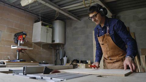 Manuel Sangiao, que trabajó ocho años en Londres, venderá sus productos de carpintería a través de una web