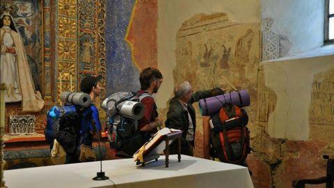 Imagen de archivo de Emilio Piñeiroa ejerciendo como guía en las visitas al Santuario das Virtudes, en Arante, Ribadeo