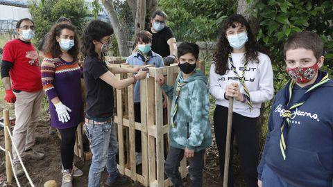 Los chicos de Scouts Ourense construyeron composteros con material reutilizado