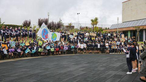 Los alumnos del Miraflores cantaron «S.O.S from the kids» en el patio del centro