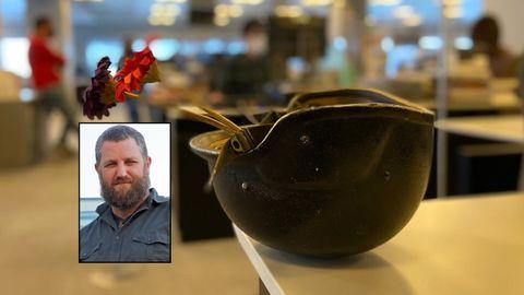 El casco blindado que llevó Beriain durante la guerra de Irak, hoy en la redacción de La Voz