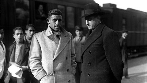 El secretario general del Madrid, Pablo Hernández Coronado (derecha) recibe a Diz, jugador del Deportivo, que se incorporó al conjunto madrileño en 1934