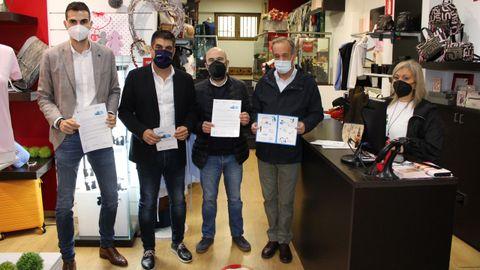 Gabriel Alén presentó el bono para el comercio de la Xunta en un negocio de O Carballiño