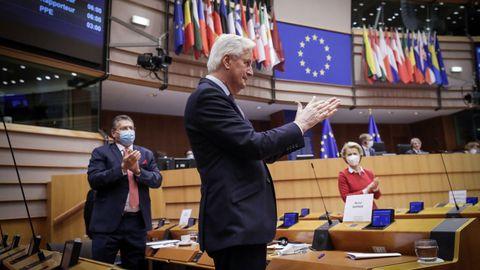 Barnier y Von der Leyen aplauden durante la sesión de la Eurocámara