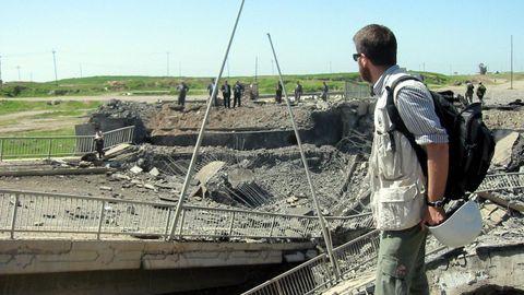 David Beriain, en el pueste de Hasser, cerca de Mosul, durante la guerra iraquí