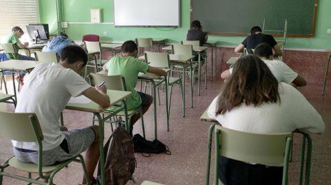 Imagen de archivo de alumnos de instituto examinándose en septiembre