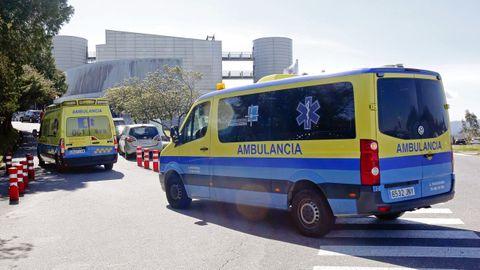 Ambulancias en la entrada del servicio de urgencias de Montecelo, en Pontevedra