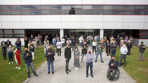Convocados por el comité de empresa, los trabajadores de La Voz de Galicia se concentraron en la sede central de Sabón (Arteixo) para rendir homenaje a su excompañero David Beriain
