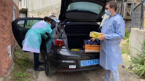 La vacunación a domicilio en el rural.Ineyvis Valdespino y Christian Paradelo en Outardepregos