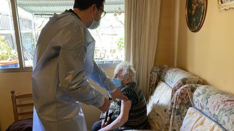 La vacunación a domicilio en el rural.Christian Paradelo vacunando a Anuncia Balboa