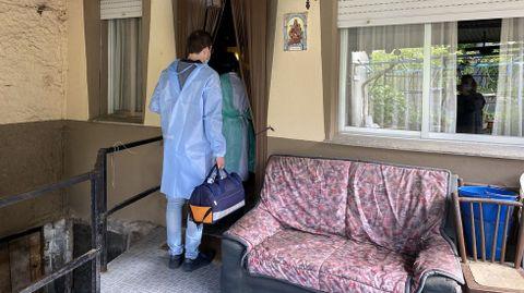 La vacunación a domicilio en el rural.La médico y el enfermero de O Bolo entrando en uno de los domicilios de su ruta del martes