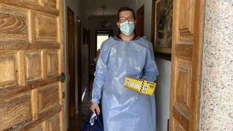 La vacunación a domicilio en el rural.Christian Paradelo, con las dosis de Janssen
