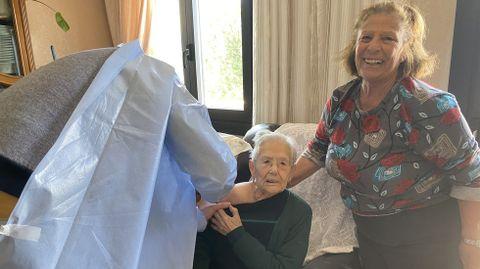 La vacunación a domicilio en el rural.Luzdivina, feliz de ver cómo vacunan a su madre, Anuncia Fernández, de 97 años