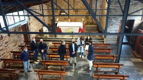 El delegado territorial de la Xunta, Javier Arias (a la derecha) visitó la iglesia que acaba de adquirir la condición de BIC