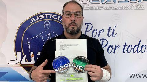 Marcos Veiras, policía gallego destinado en Cataluña y portavoz del sindicato Jupol en la comunidad catalana, mostrando el auto en el que la Justicia obliga a la Generalitat a vacunarlos
