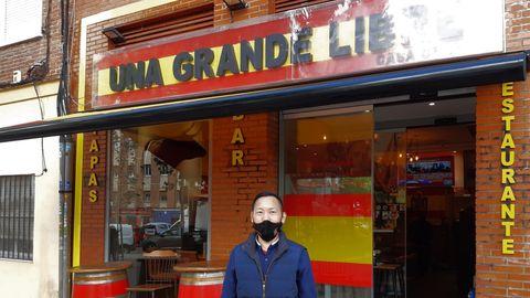 Chen Xiangwei, frente a su bar de exaltación franquista, en Usera