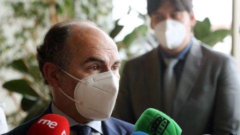 El rector de la Universidad de Oviedo, Ignacio Villaverde, atiende a los medios de comunicación tras mantener un encuentro con el consejero de Ciencia, Innovación y Universidad, Borja Sánchez.