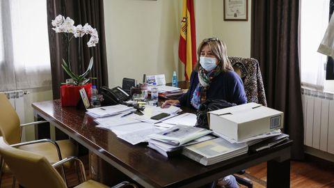 Teresa Barge, alcaldesa de A Bola, en su despacho del Concello