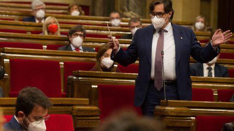 El líder del PSC, Salvador Illa, interpela a Pere Aragonès durante la sesión de control al Ejecutivo catalán en funciones